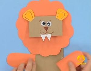 Leão com saco de papel