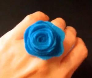 anel-feito-com-rosa-de-feltro