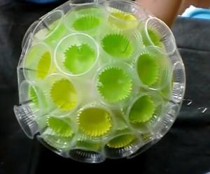 globo-decorativo-feito-com-copos-descartáveis-de-café