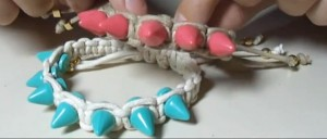 pulseiras-de-macramê-com-spikes-coloridos