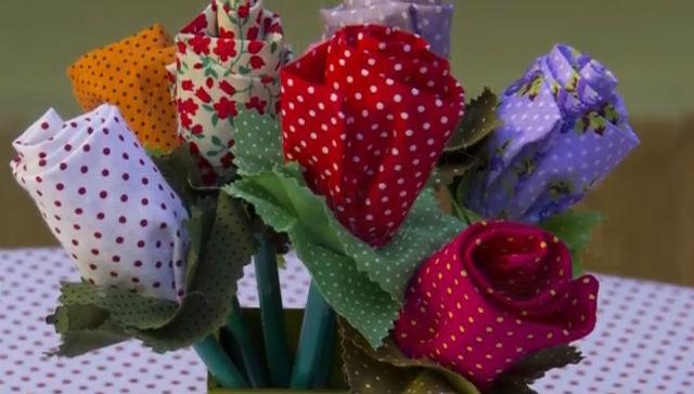 Flores de tecido no lápis feito pelo artesanato da fror