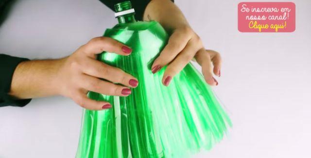 imagem de como fazer uma vassoura com garrafa pet