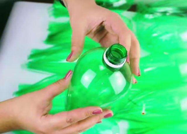imagem do vídeo de como fazer uma vassoura de garrafa pet