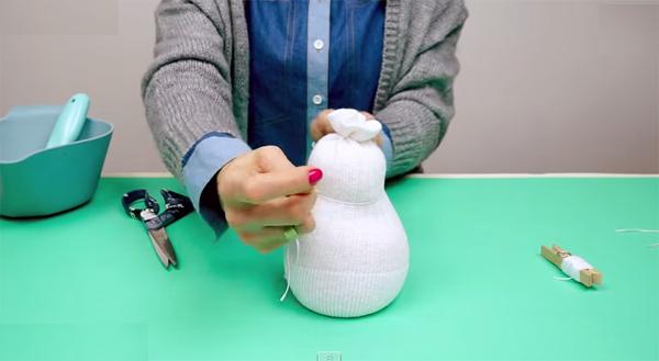 boneco de meia - boneco de neve - fazendo o pescocinho