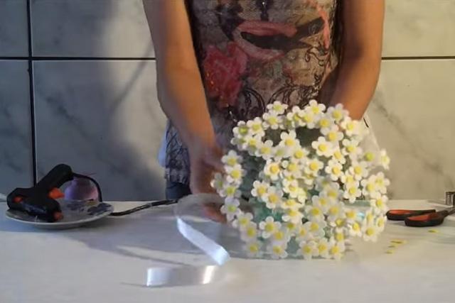 Como fazer vaso de flores com eva e garrafa pet