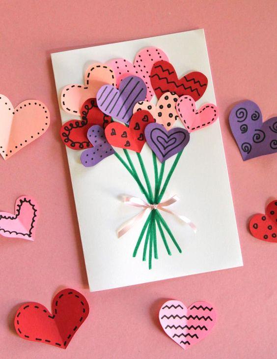 Cartão para o Dia das Mães com corações recortados