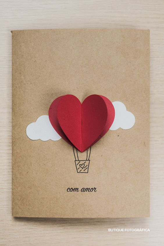 lindo cartão com núves, balão e corações