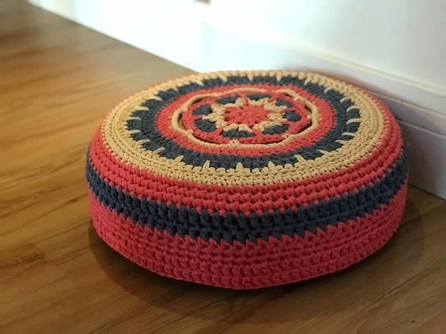 Puff de pneu com croche colorido