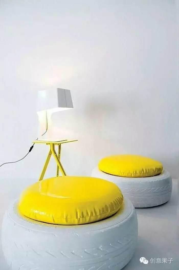 Puff de pneu pintado de branco com almofada amarela. Foto: Duqu8